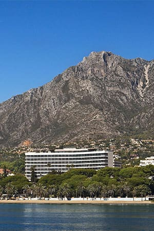 <b>A privileged spot</b><br>The Hotel is located in the heart of the Costa del Sol, at the seafront of Marbella and very close to Sierra de las Nieves National Park.
