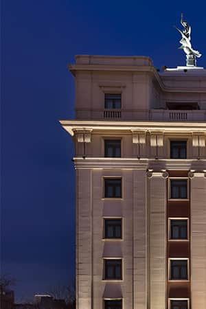 <b>More than a symbol</b><br>Planned by architect Fernando Cánovas del Castillo in a neoclassical style, its white facades with red bands symbolize the resurgence of the Phoenix Bird, sculpture that crowns the building.
