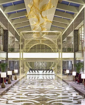 <b>Step into the Silk Road</b><br>The hotel lobby was inspired by the Silk Road and symbolizes the connection between Spain and China. The moon gate, the marble floor and the golden chandelier reflect the splendour of the ancient commercial route.